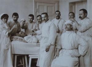 Врачи хирурги в перевязочной
