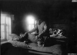Доктор Решетилов осматривает больного тифом