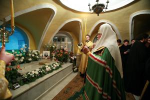 patriarh_aleksij_u_grobnicy_mi