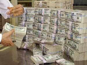 KIM03 - 20030401 - SEOUL, REPUBLIC OF KOREA : A South Korean banker checks US dollars at the Korea Exchange Bank in Seoul, 01 April 2003. South Korea's central bank on Tuesday put four trillion won (3.2 billion dollars) worth of bonds on the auction block as part of efforts to shore up money market rates amid slackening economic activity. EPA PHOTO AFP/KIM JAE-HWAN/jhk/mc